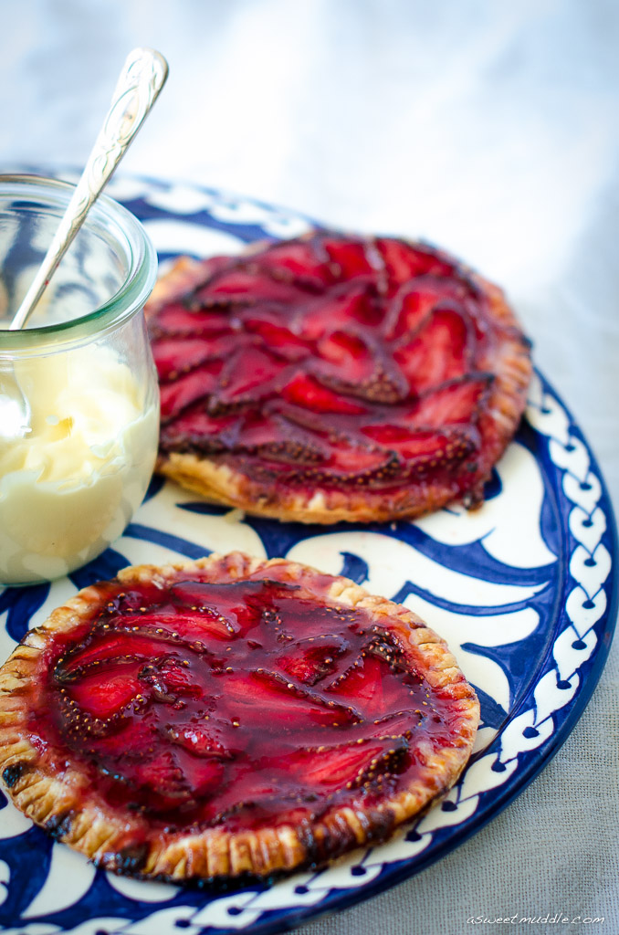 Strawberry_galettes_with_cream_1